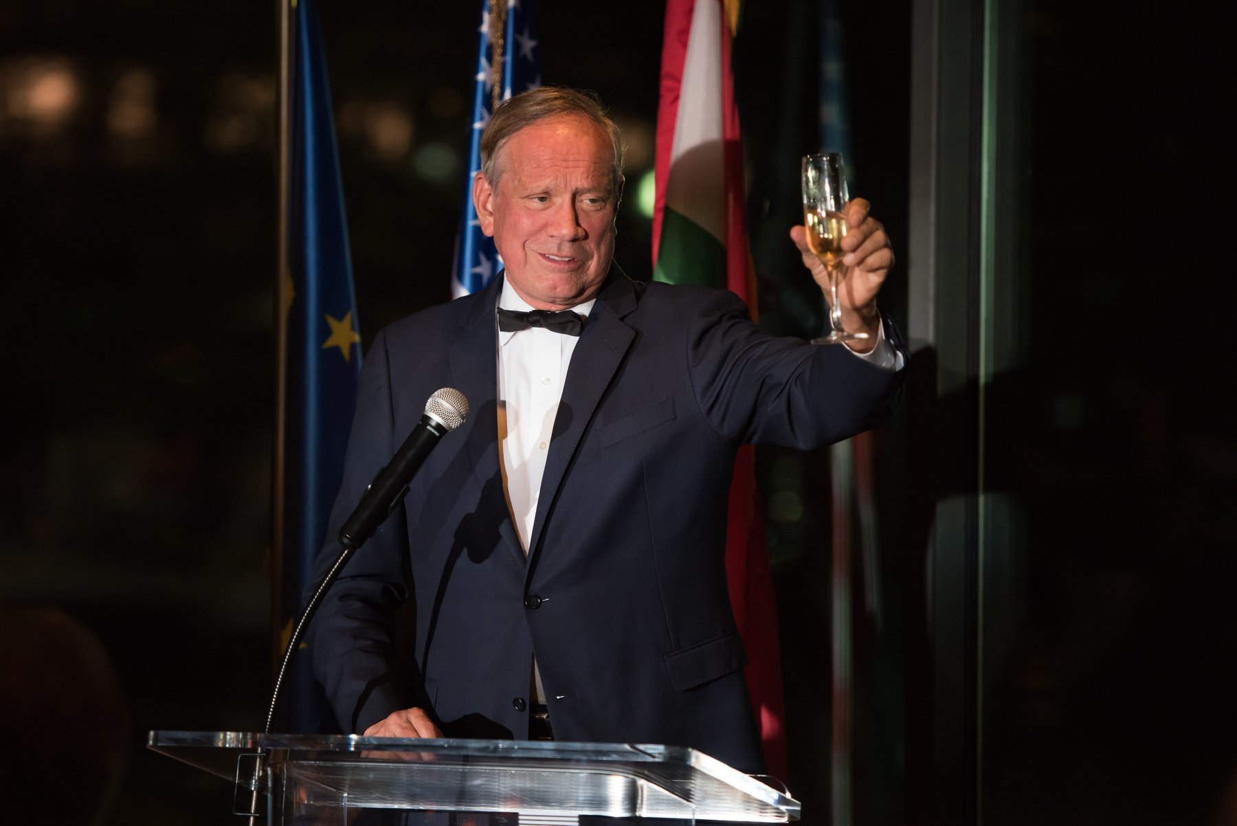 Governor George E. Pataki toasts the Hungarian American Coalition and the Gala honorees