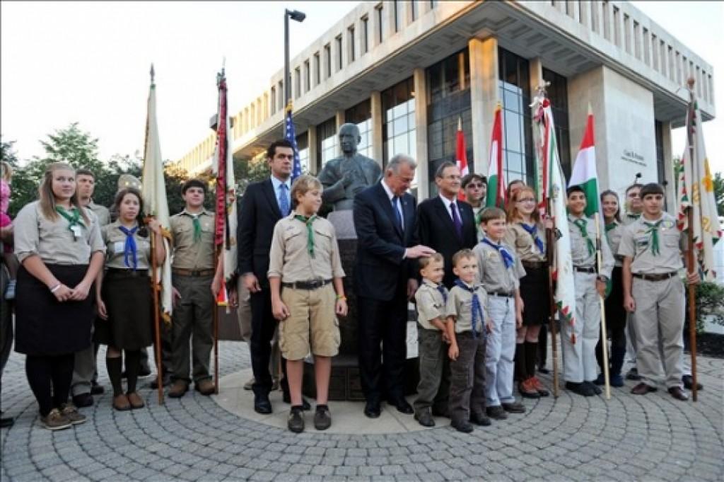 Consul General Károly Dán, President Pál Schmitt and Ambassador György Szapáry at the Cardinal Mindszenty statue Photo: Office of the President of the Republic of Hungary