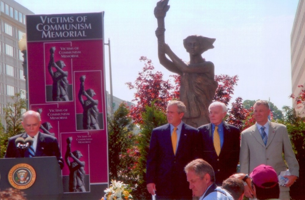 Dr. Lee Edwards, Chairman of the Memorial Foundation, President Bush, and Mr. Tom Lantos (D-CA)
