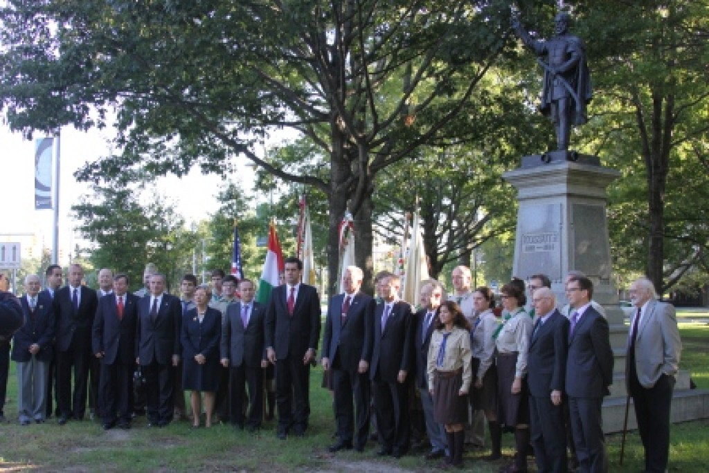 Wreath-laying ceremony at the Lajos Kossuth statue Photo: Office of the President of the Republic of Hungary