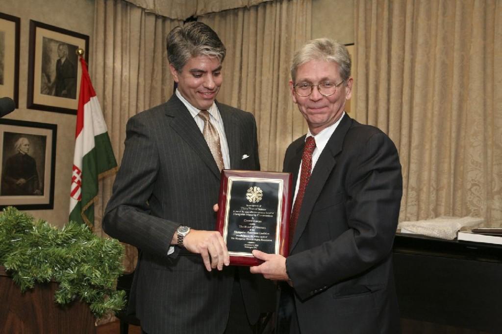Mr. Maximilian Teleki presenting an award to HHRF President Mr. Laszlo Hamos